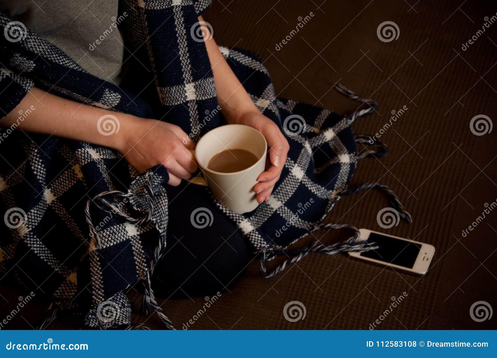 Whith de fille par tasse de café