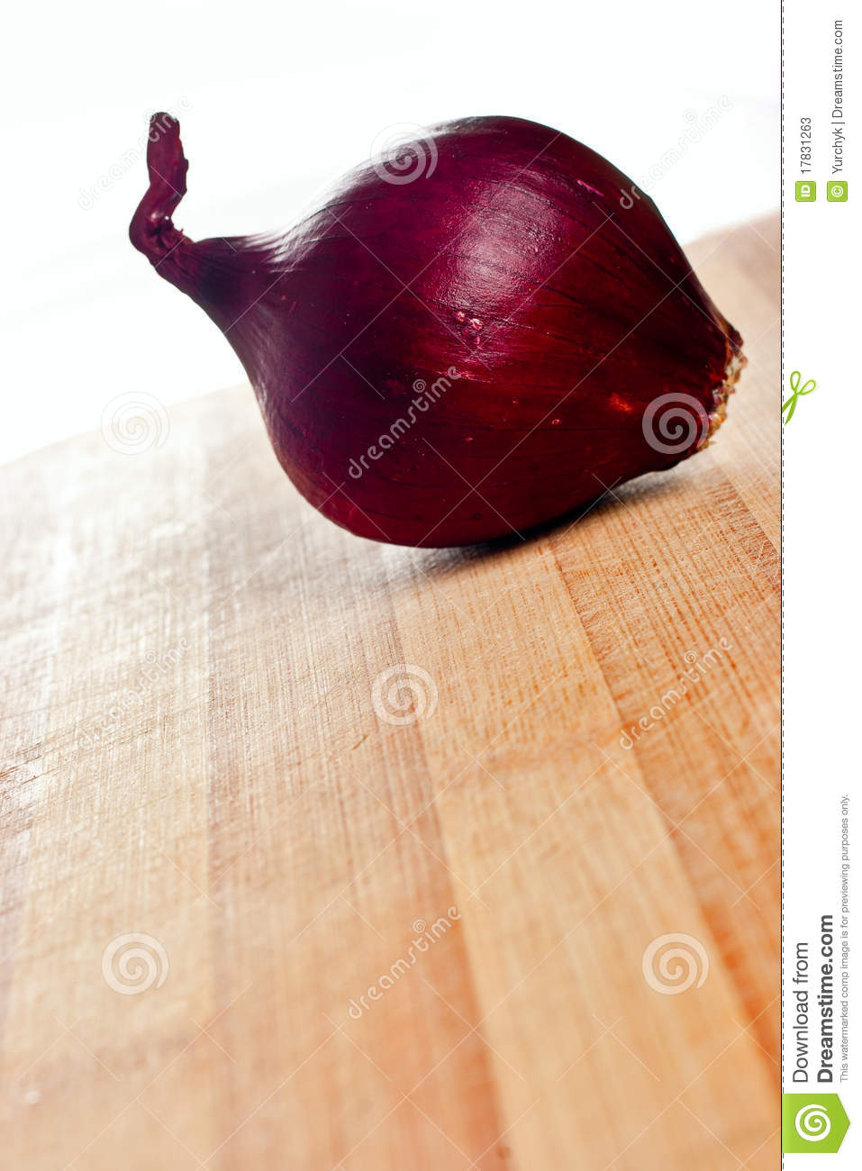 Whole Red Onion On Chopping Board Stock Photos - Image ...