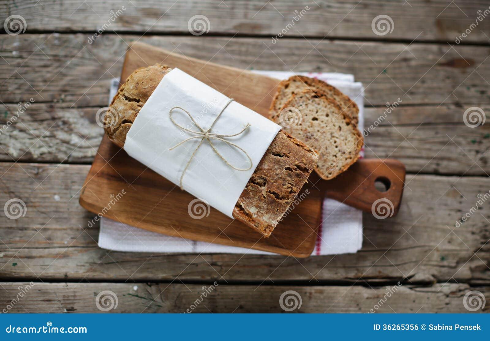 Wholegrain brood van het roggebrood met diverse zaden, gesneden gedeelten