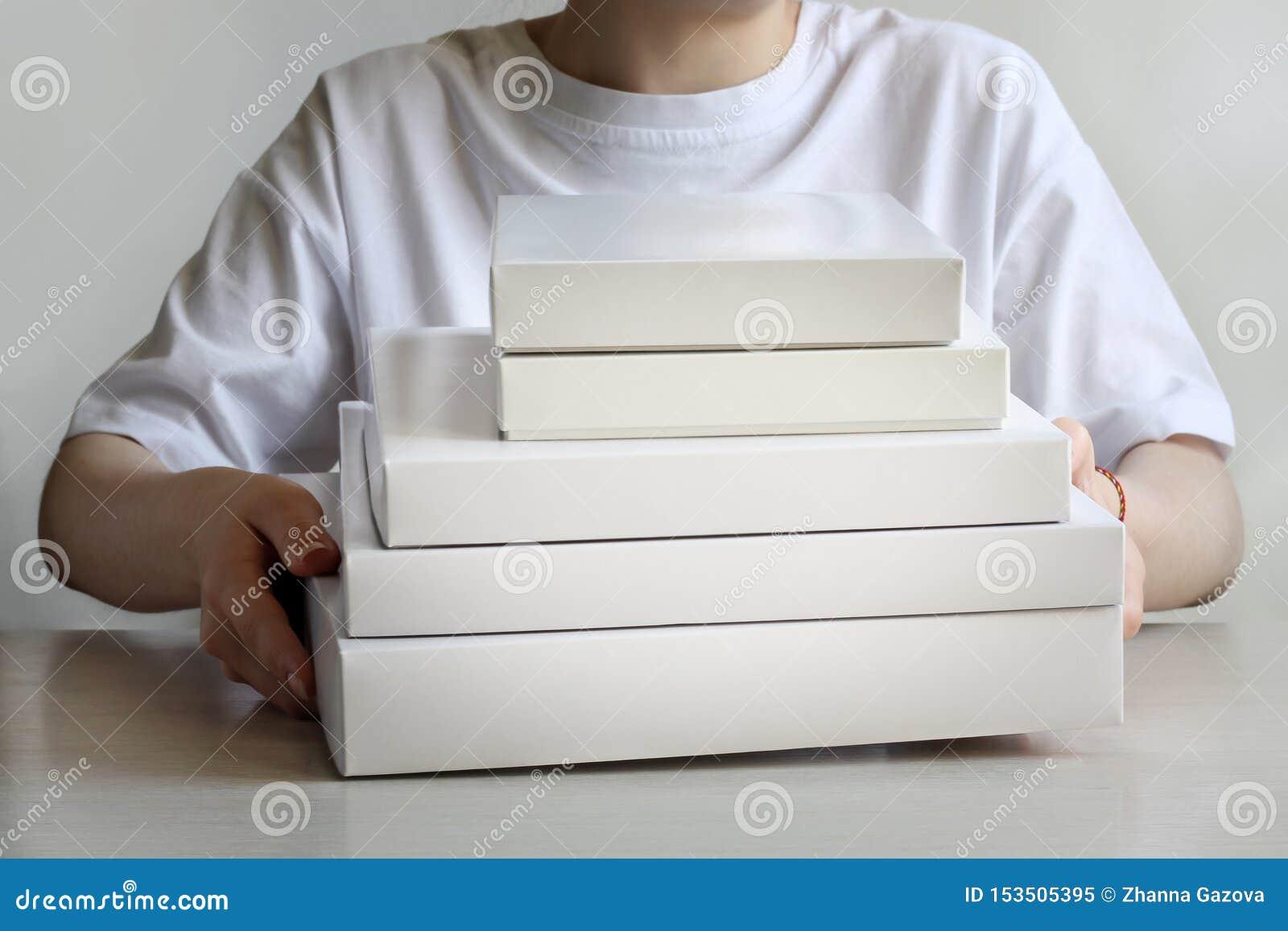 Wiązka biali pudełka w ich rękach