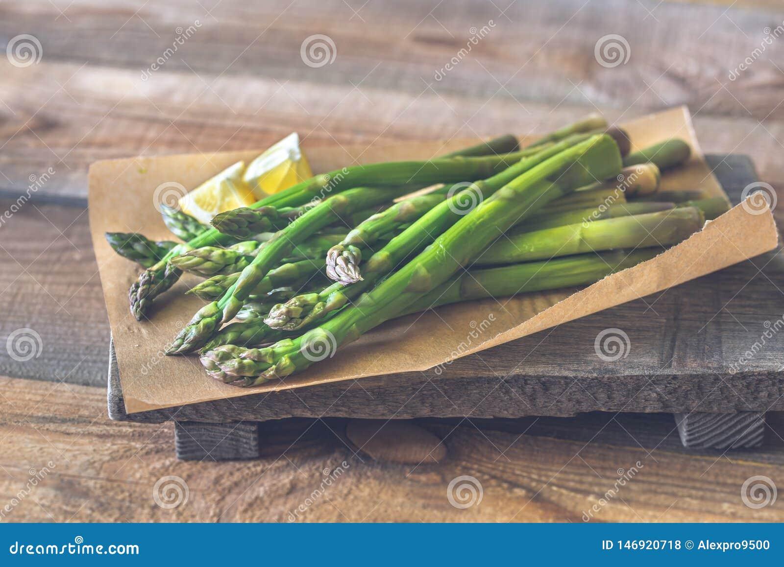 Wiązka gotujący asparagus