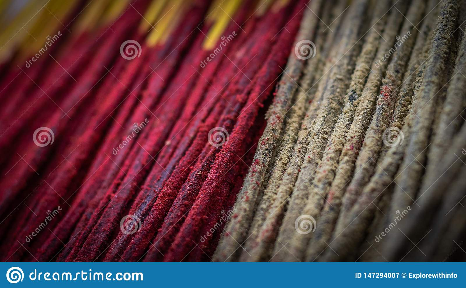 Wiązka kadzidło lub josh kij z czerwienią i brązem barwimy