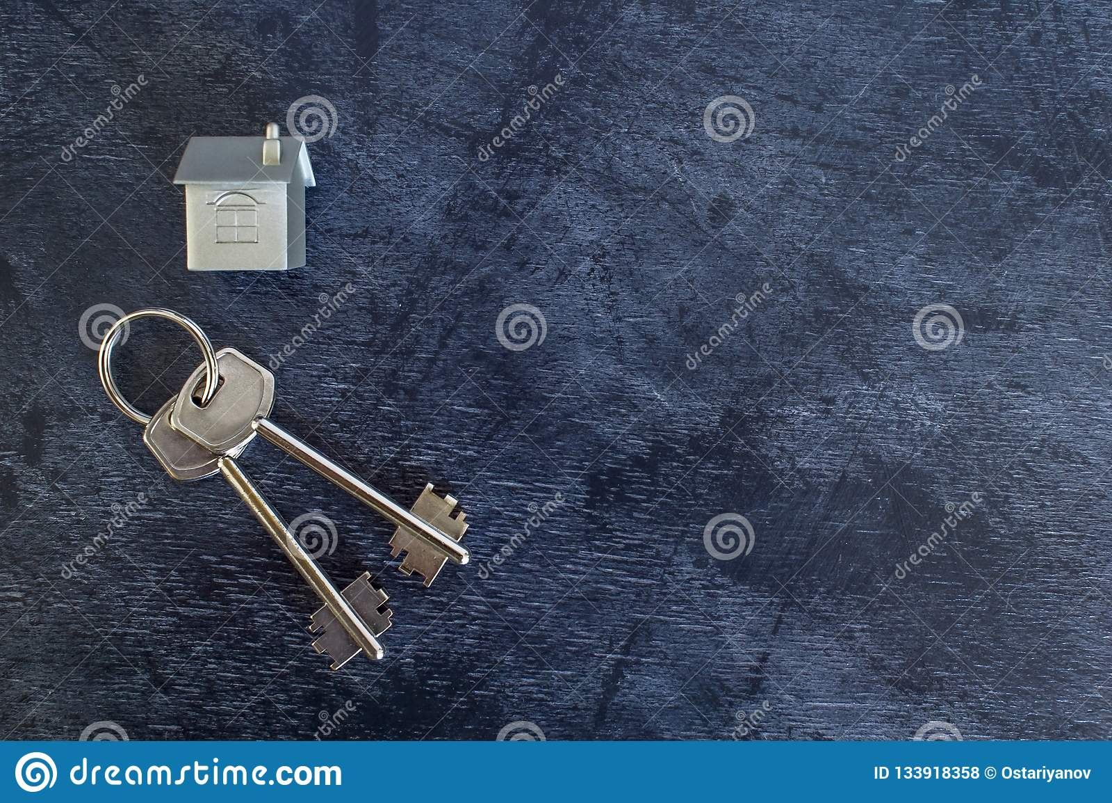 Wiązka klucze kłama na rocznika ciemnym tle wraz z imitacją dom w postaci metalu układu