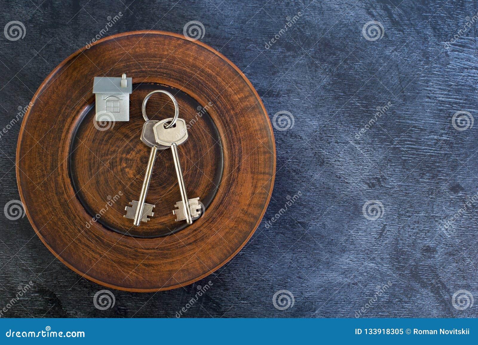 Wiązka klucze kłama na rocznika talerzu, wraz z imitacją dom w postaci metalu układu