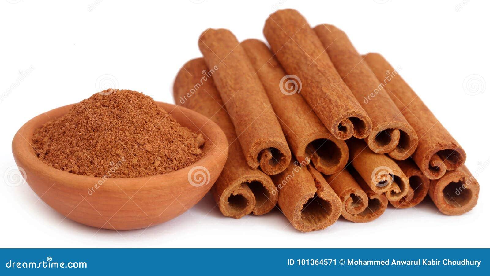 Wiązka niektóre świeży aromatyczny cynamon z prochową pikantnością