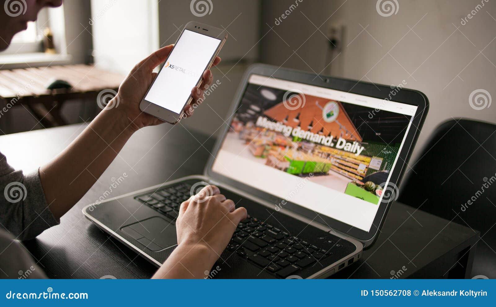 ?WI?TOBLIWY PETERSBURG ROSJA, MAJ, - 14, 2019: u?ytkownik app i miejsce Strona internetowa i logo Rosyjska firmy X5 handlu detali