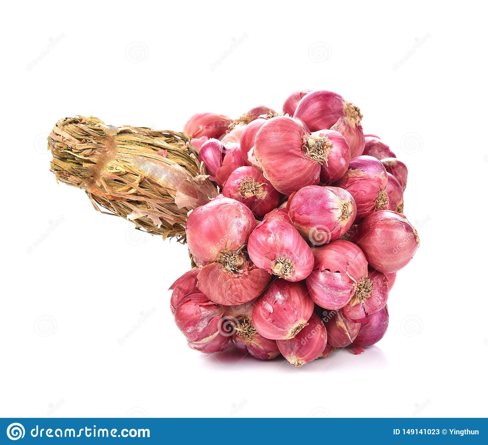 Wi?zka ma?e tajlandzkie czerwone cebule na bia?ym tle