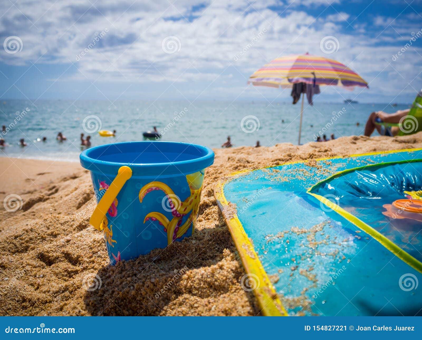 Wiadra i dzieci basen na piasku