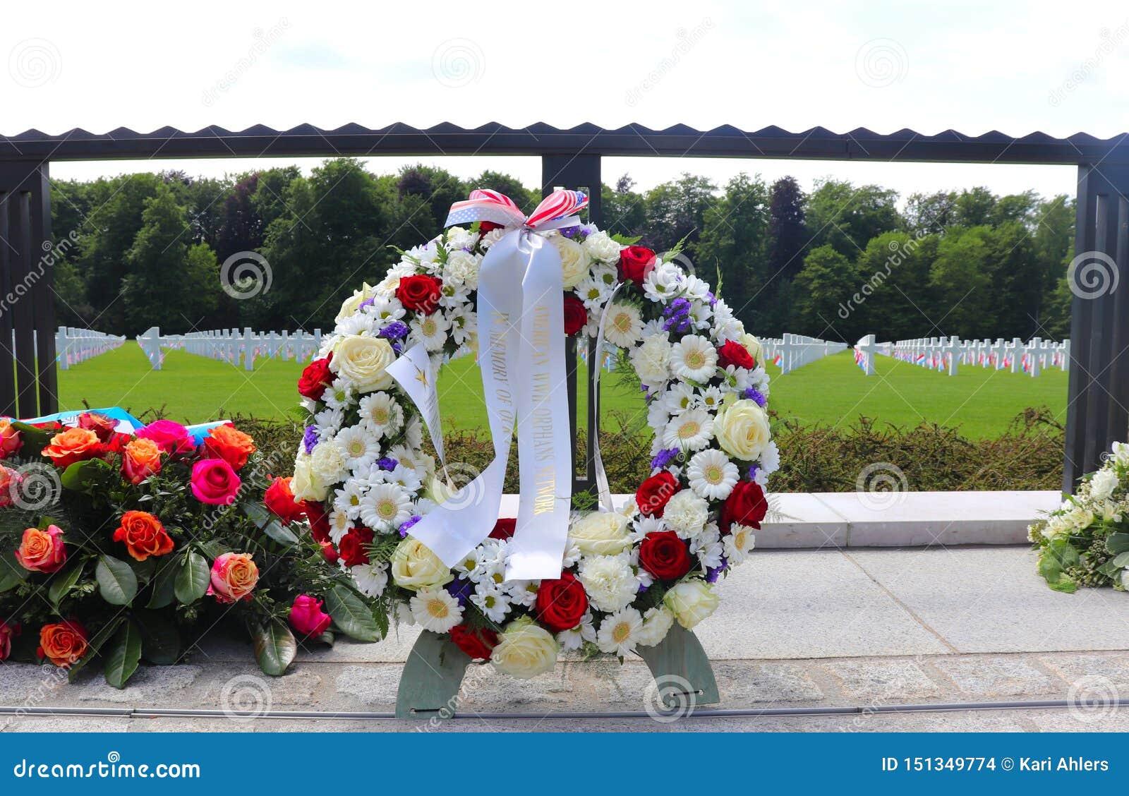 Wianki przy Luksemburg Amerykańskim pomnikiem i cmentarzem