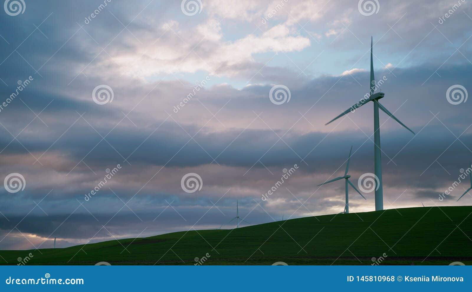 Wiatraczek turbiny są w górę tła burz chmury przeciw
