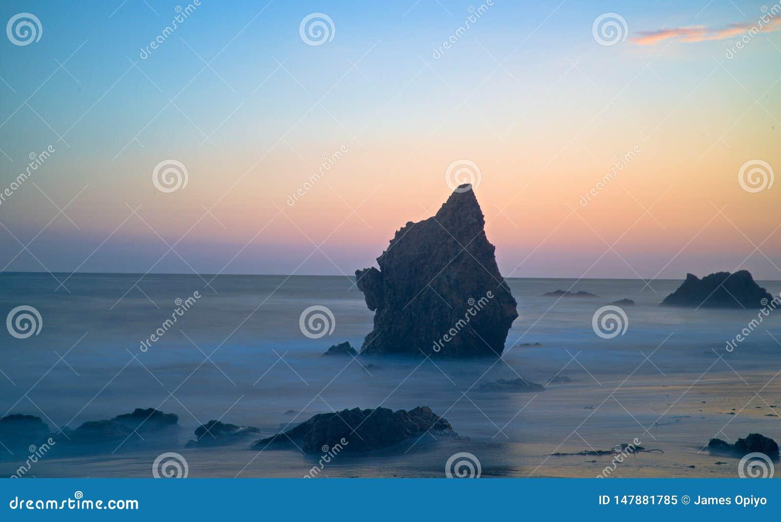 Wibrujący błękitni godzina kolory przy plażą