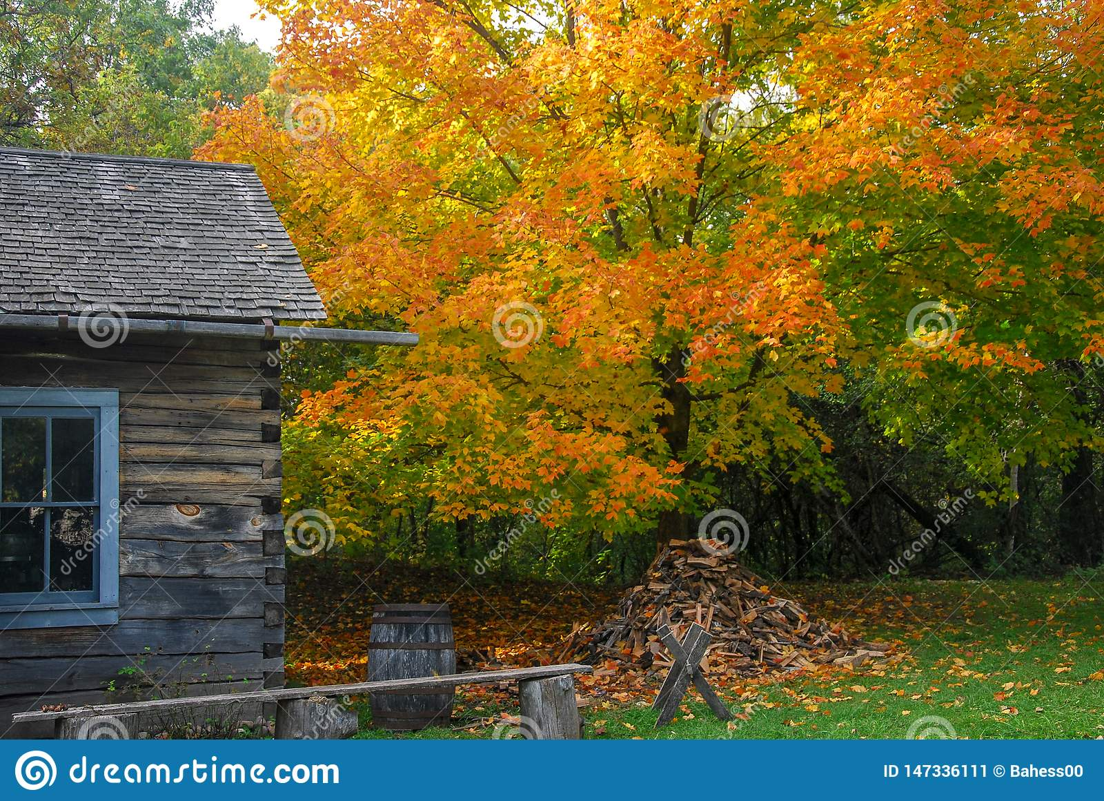Wibrujący jesień kolory przy starym światem Wisconsin