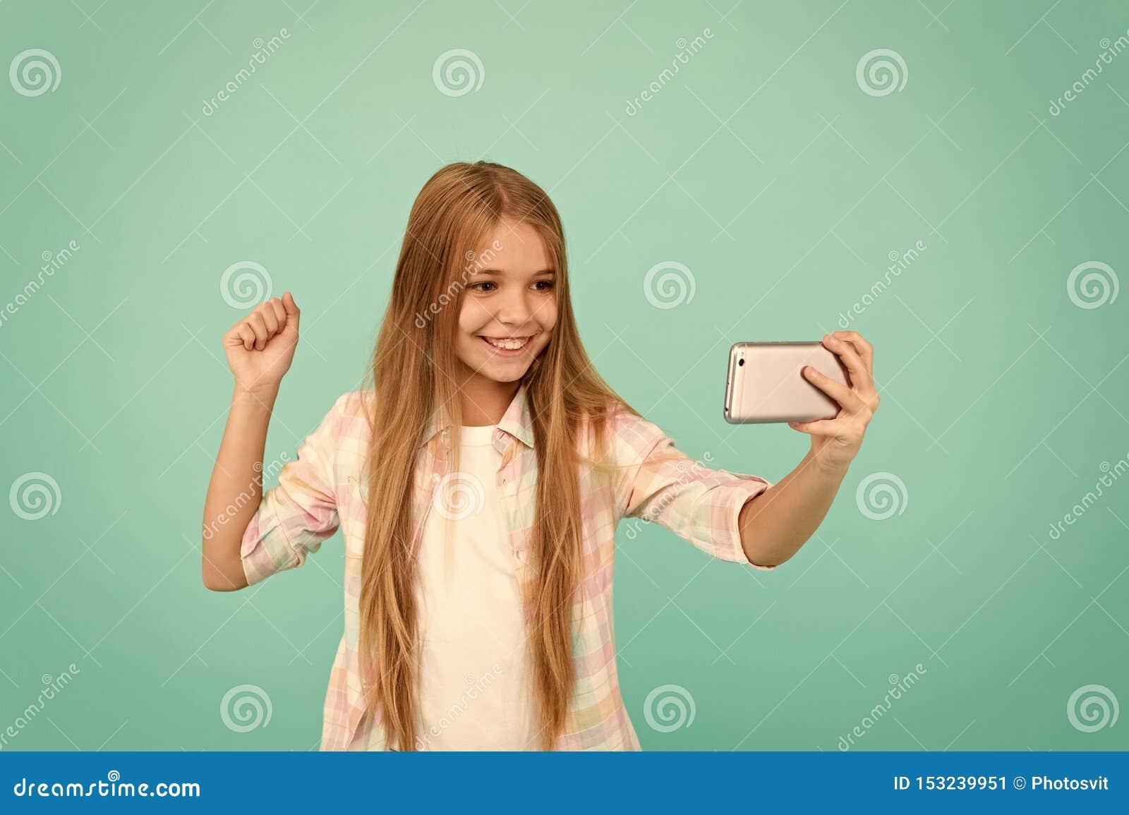 Wideo la? si? Urocza dziecko uczenie nowa technologia dziewczyna ma?y u?y? kom?rki Ma?y dziewczyny dziecko z