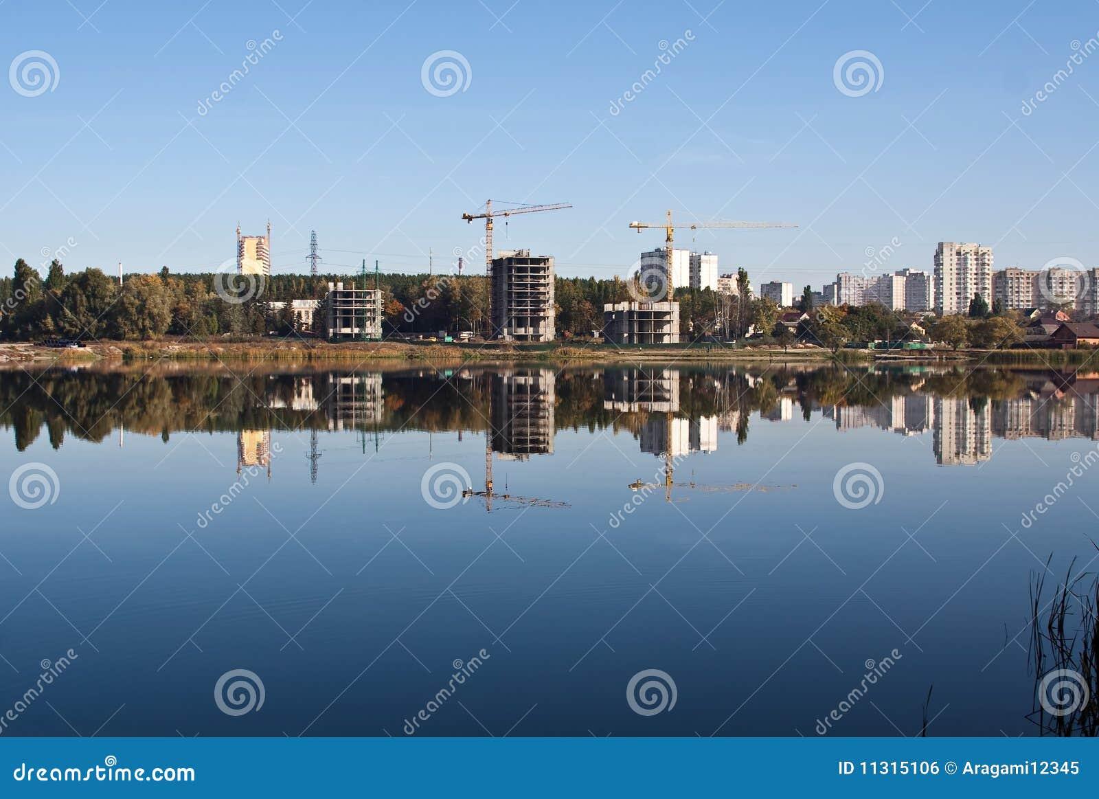 Widergespiegelte Stadtlandschaft