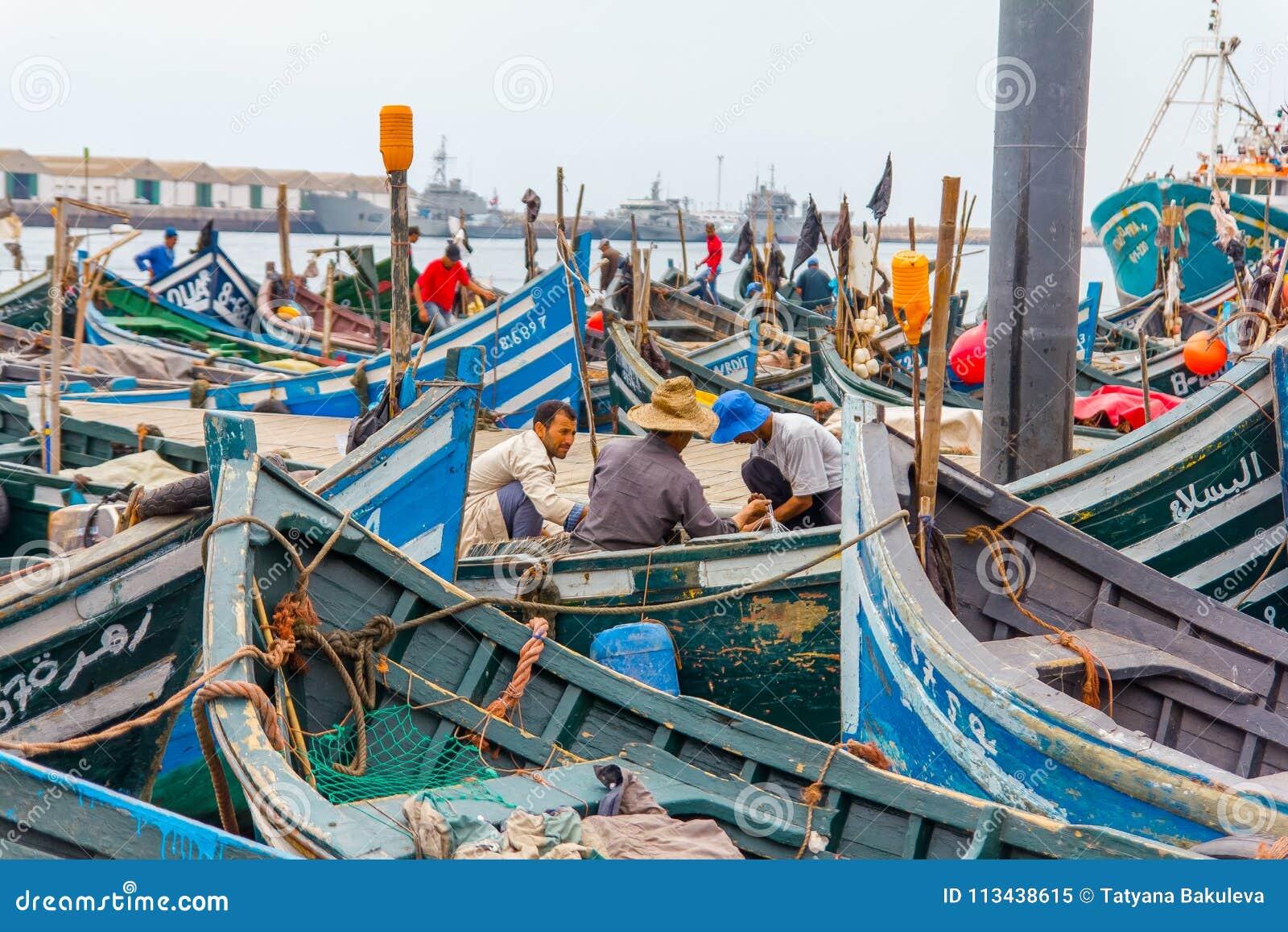 Widok łowić błękitne łodzie w Maroko porcie Agadir
