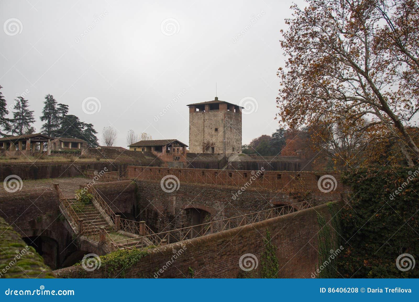 Widok średniowieczny wierza i ściany Medici forteca Santa Barbara Pistoia tuscany Włochy