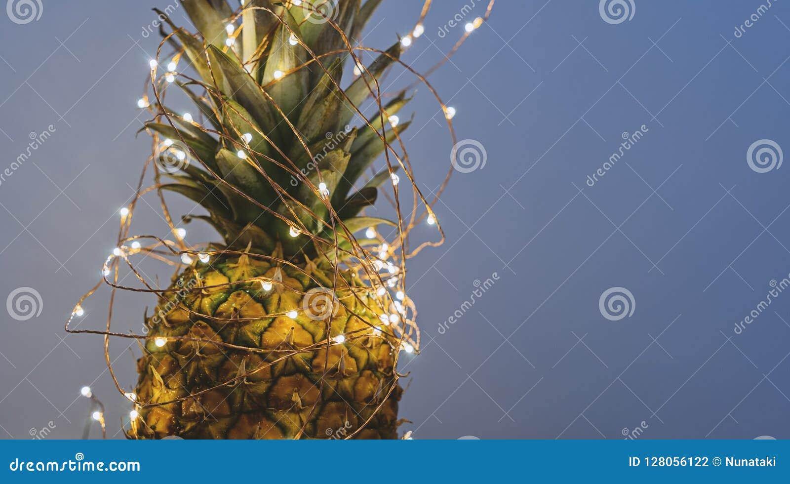 Widok ananas z bożonarodzeniowe światła