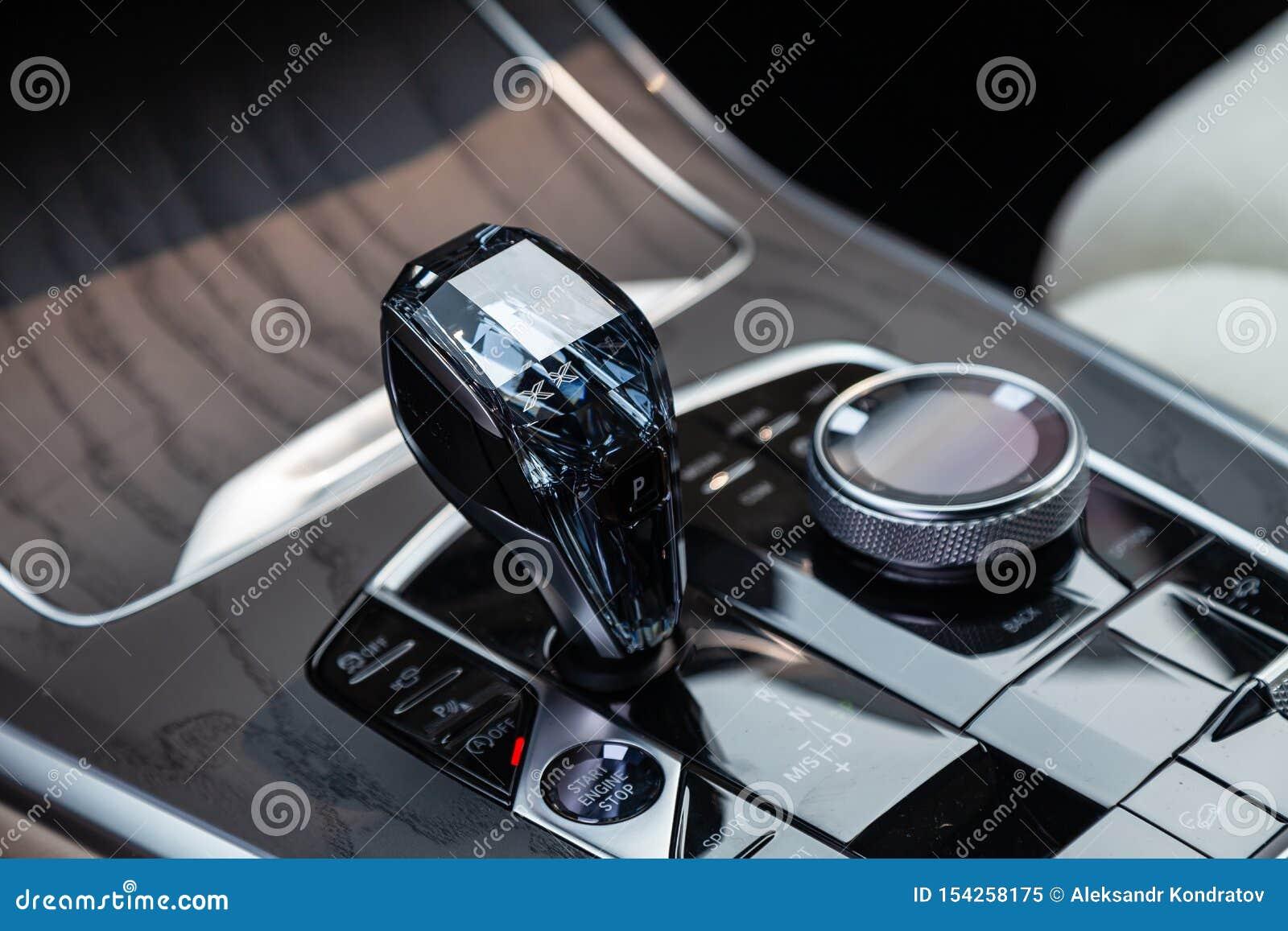 Widok bielu, brązu wnętrze nowożytny samochód z i, póżniej