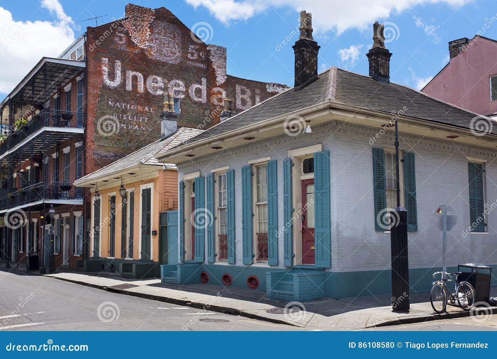 Widok bourbon ulica w dzielnicie francuskiej w mieście Nowy Orlean