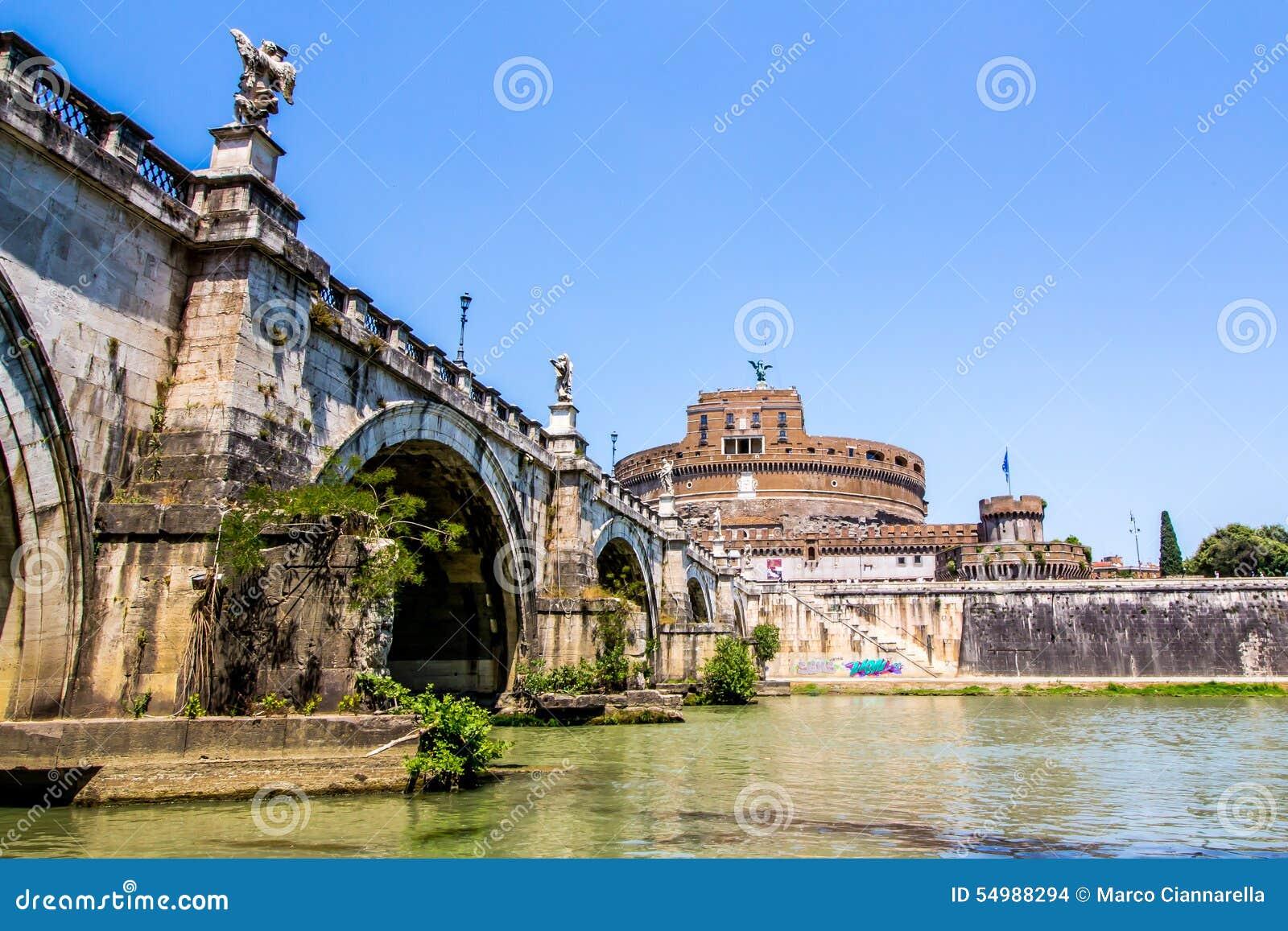 Widok Castel Sant Angelo spod mosta, Rzym, Włochy
