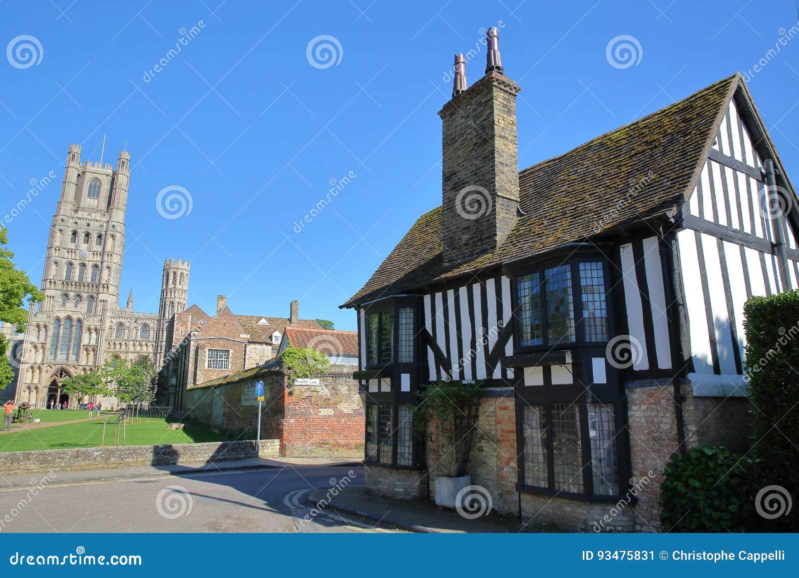 Widok cembruję obramiający i średniowieczny dom w Ely UK z Zachodnią częścią katedra w tle