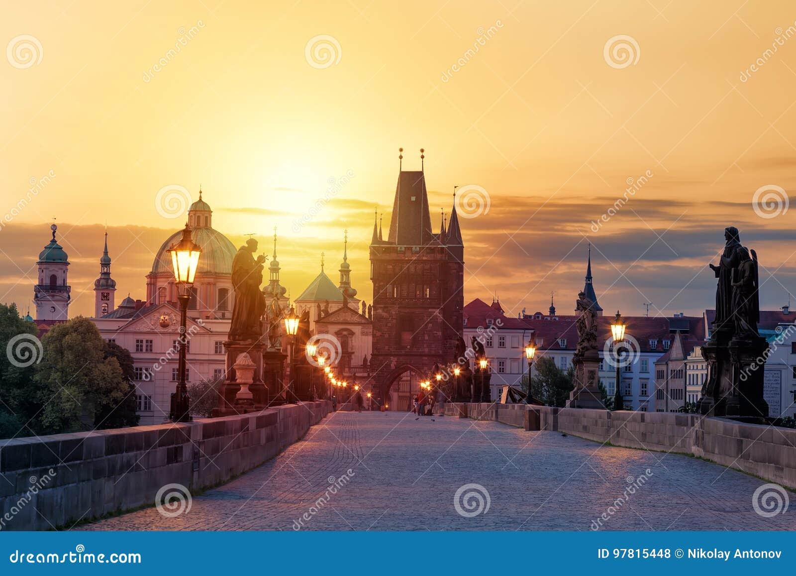 Widok Charles most w Praga podczas zmierzchu, republika czech Światowy sławny Praga punkt zwrotny