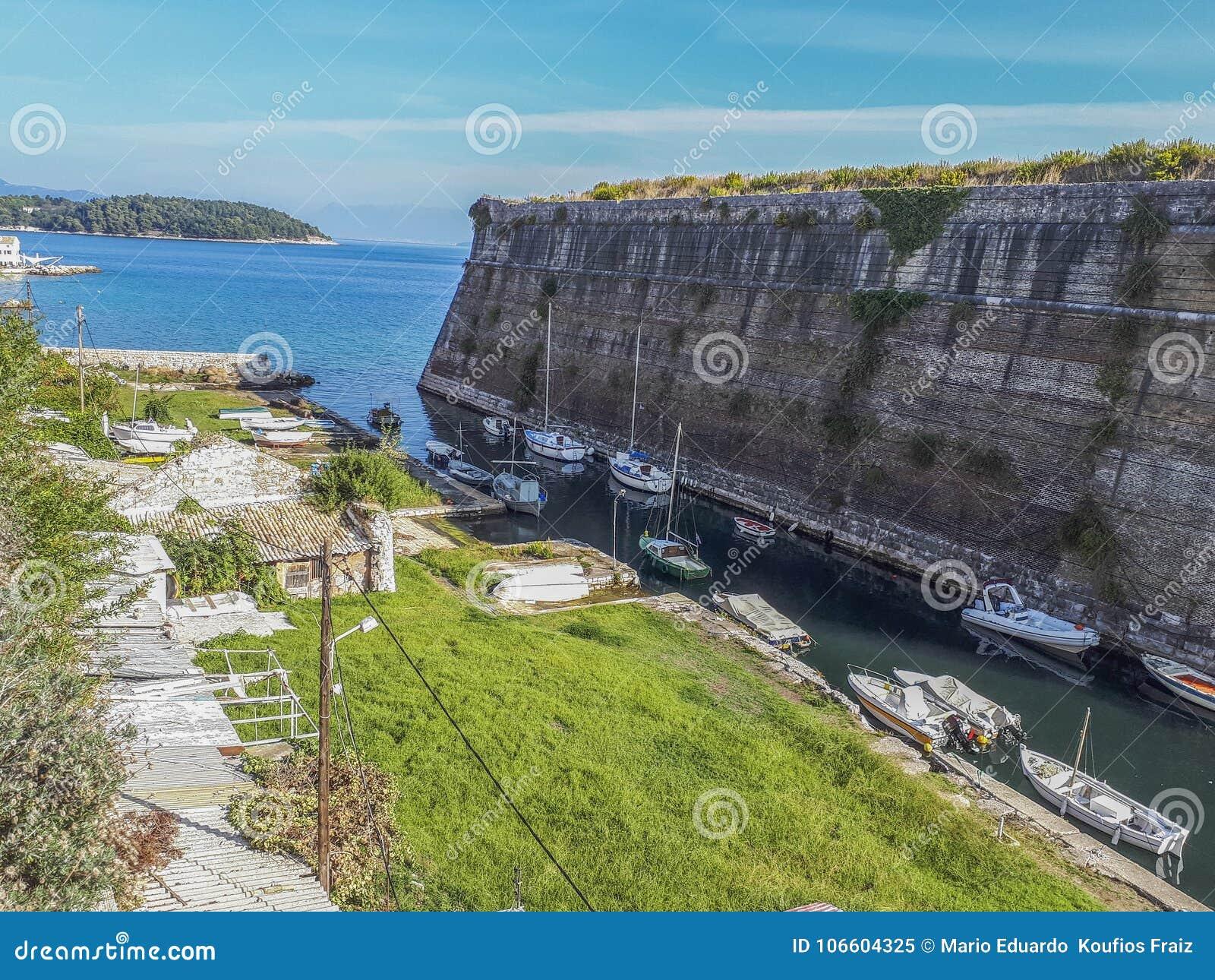Widok Contrafossa kanał w mieście Corfu