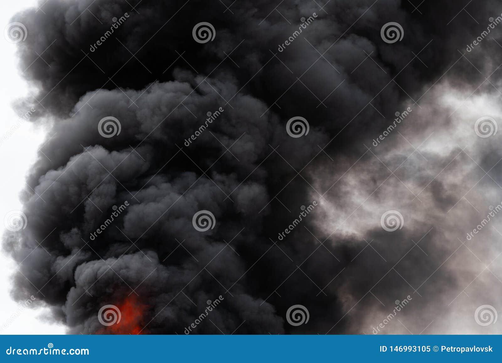 Widok czarne ruch chmury silny ogienia dym zakrywał niebo