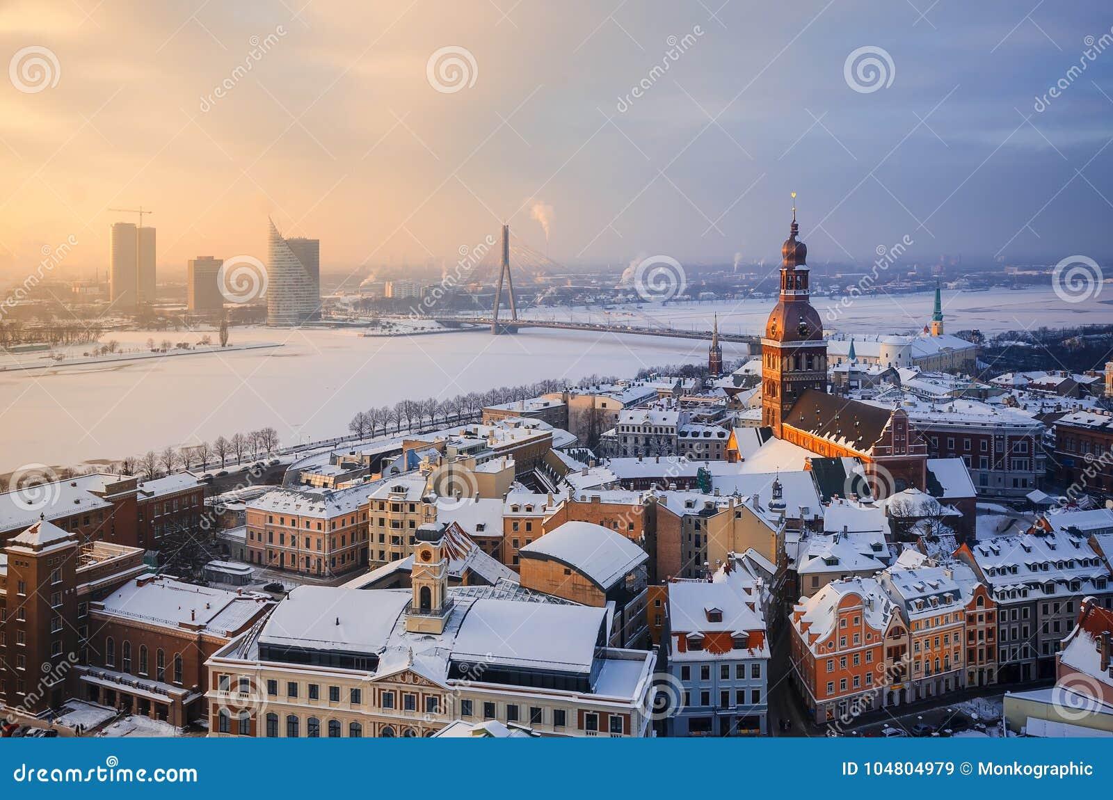 Widok dachy stary miasto i wierza kopuły katedra przeciw tłu zalodzona rzeka