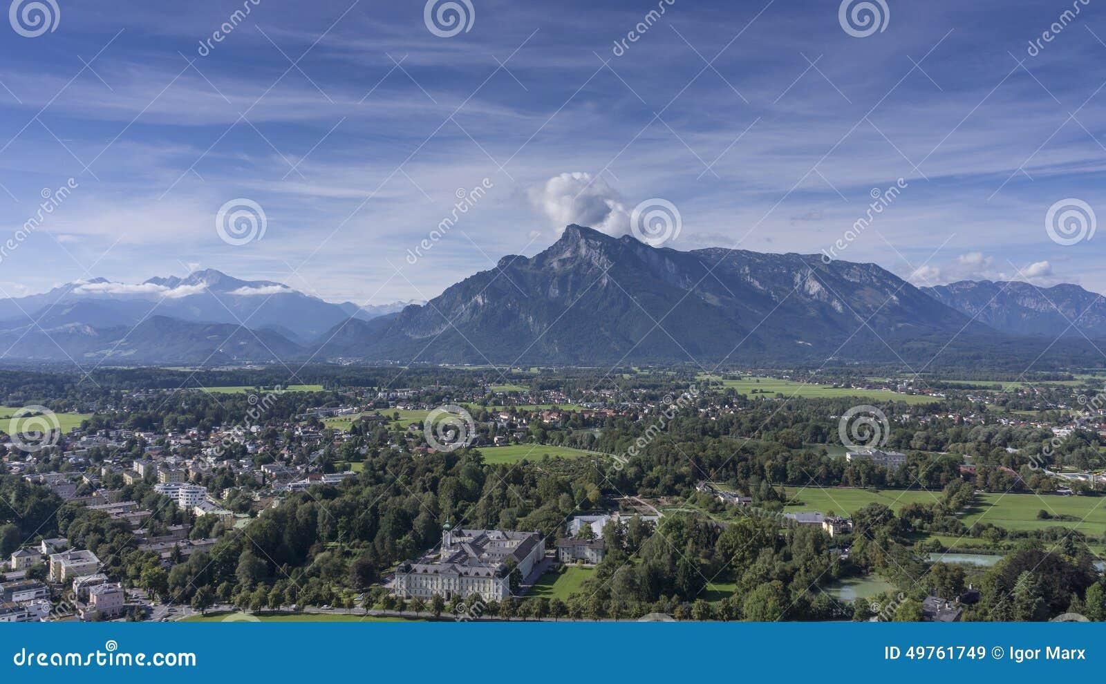 Widok dziejowa część miasto i bieżący rzeczny Salzach od Salzburg kasztelu ja