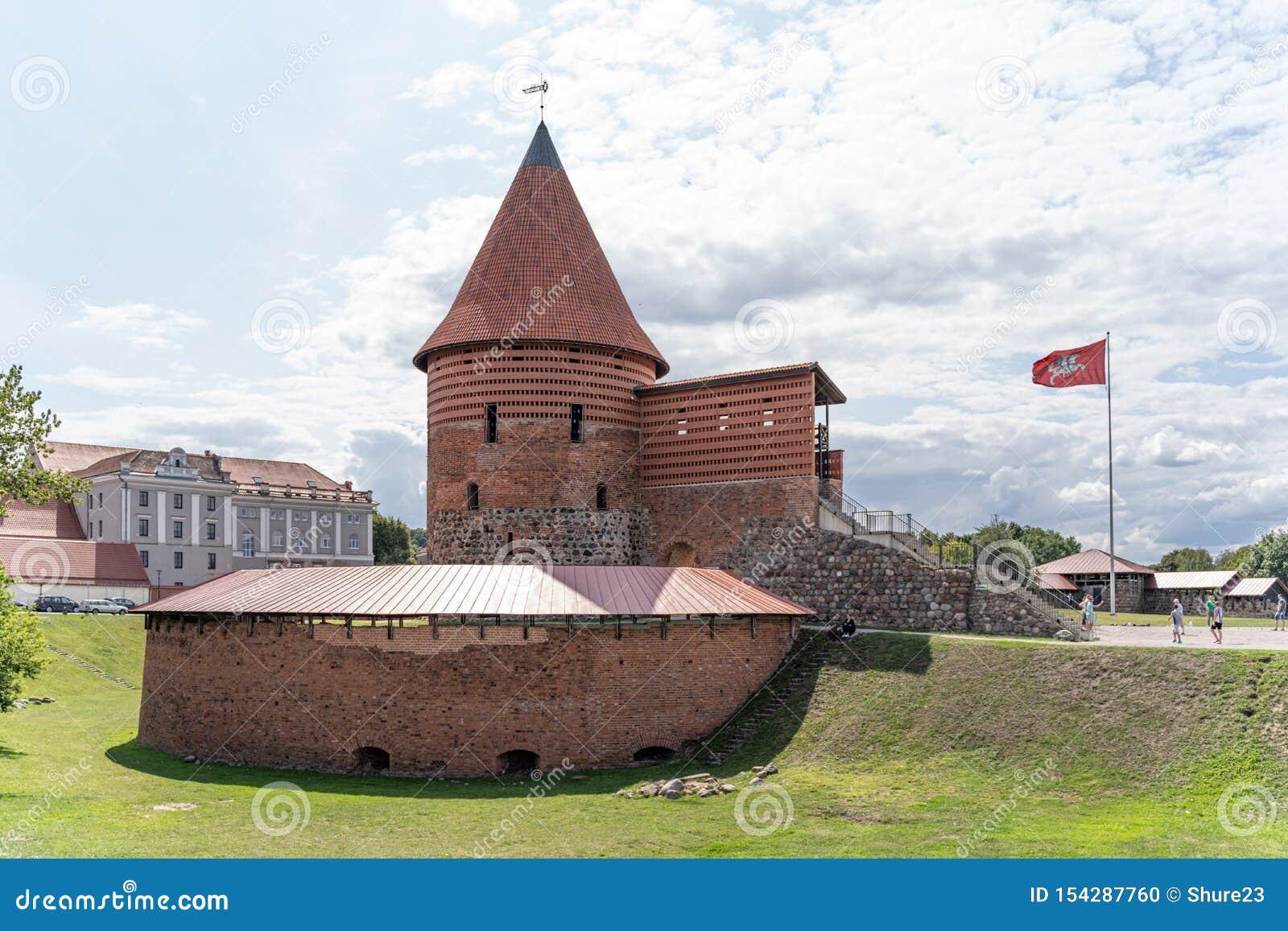 Widok dziejowy gothic Kaunas kasztel od średniowiecznych czasów w Kaunas, Lithuania Na pięknym niebieskiego nieba tle Stary kaszt