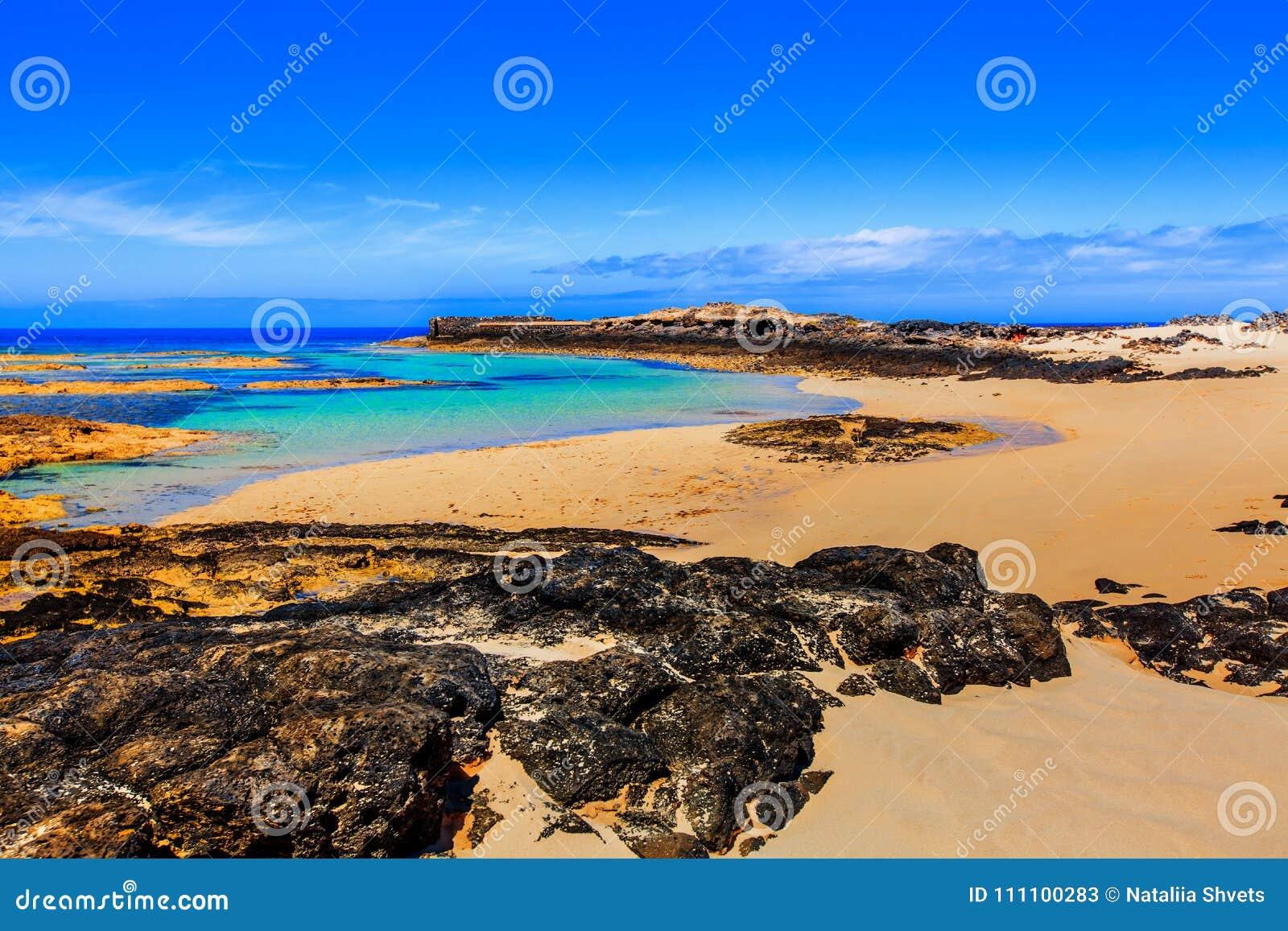 Widok El Cotillo wybrzeże z jarami rozbija na, morze fala i falezach i biel plaży, Fuerteventura, wyspy kanaryjska