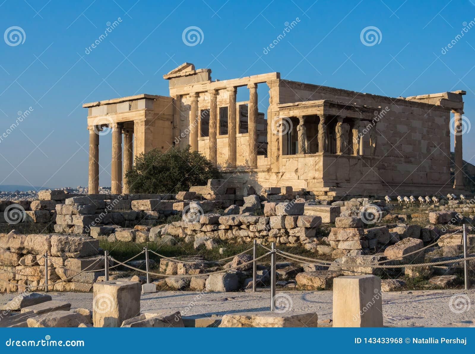 Widok Erechtheion i ganeczek kariatydy na akropolu, Ateny, Grecja, przeciw zmierzchowi