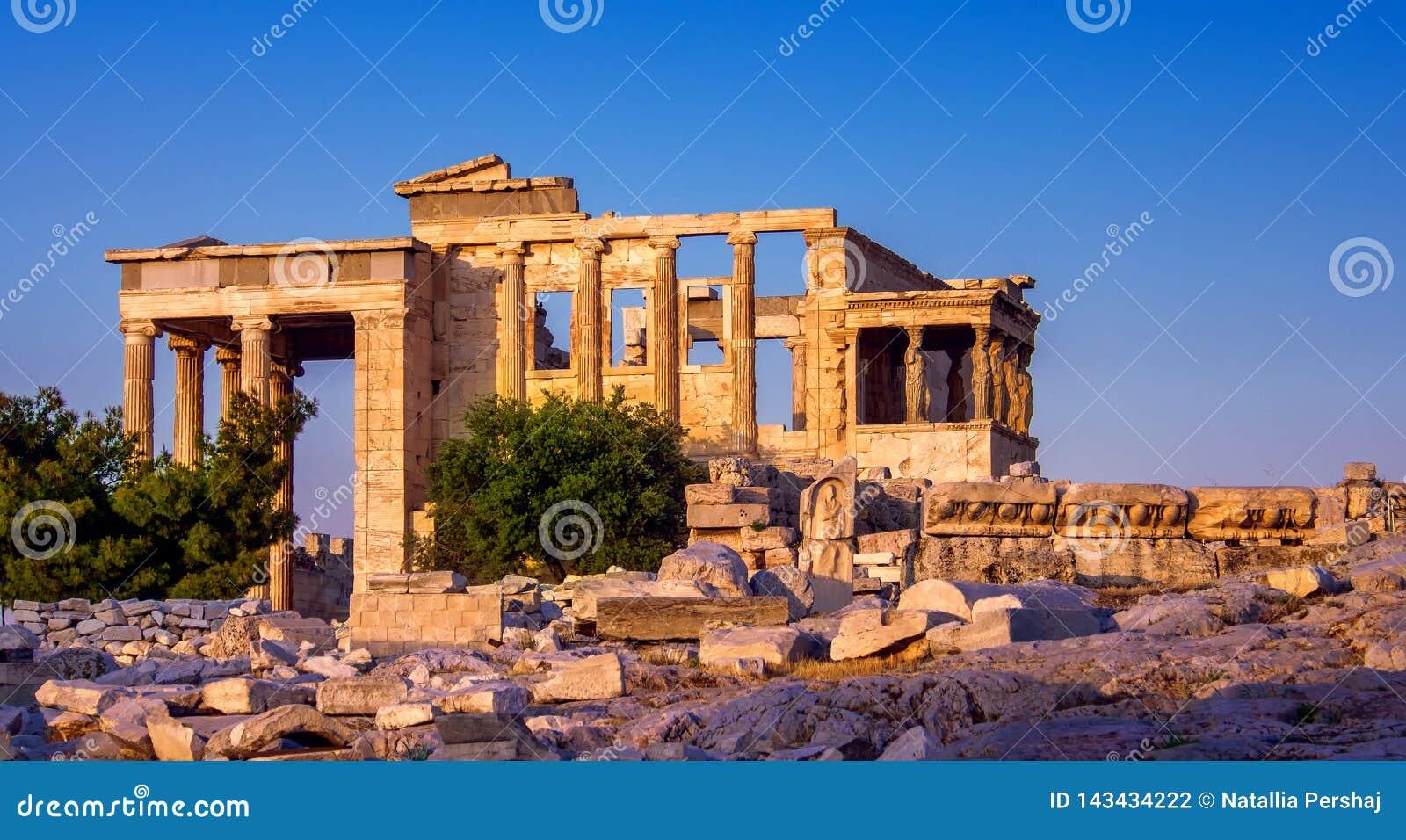 Widok Erechtheion i ganeczek kariatydy na akropolu, Ateny, Grecja, przy zmierzchem