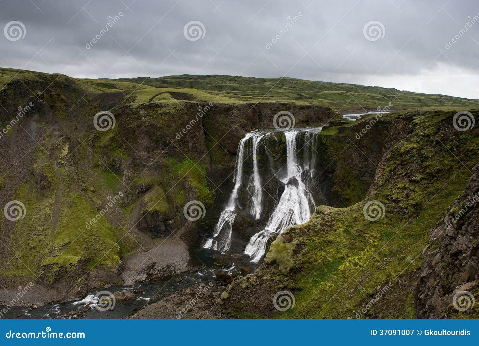 Download Widok Fagrifoss Na Chmurnym Wieczór, (Piękna Siklawa) Obraz Stock - Obraz złożonej z lato, faleza: 37091007
