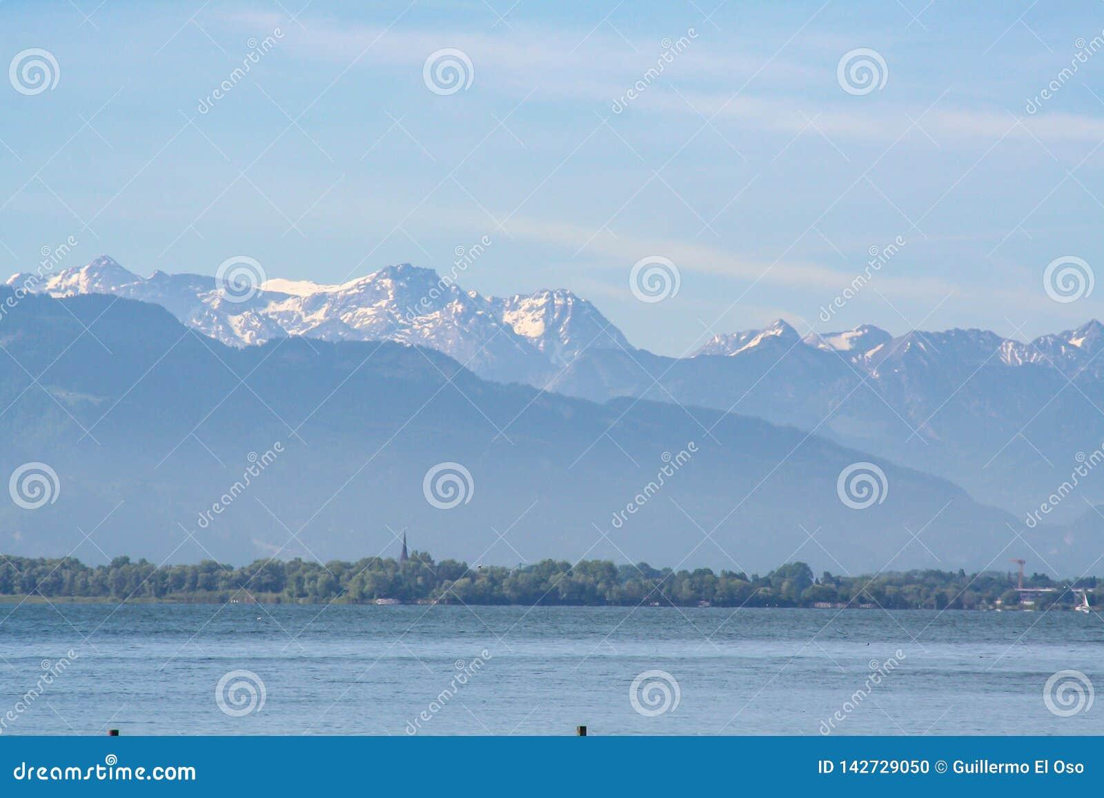 Widok górski nad jeziornym constance Germany