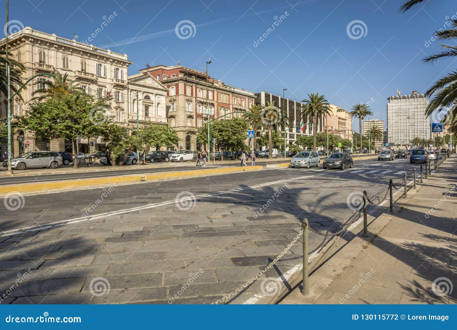 Widok główna ulica Przez Roma Eleganccy i dziejowi budynki Przez Roma na przodzie przy Cagliari, Sardinia, Włochy