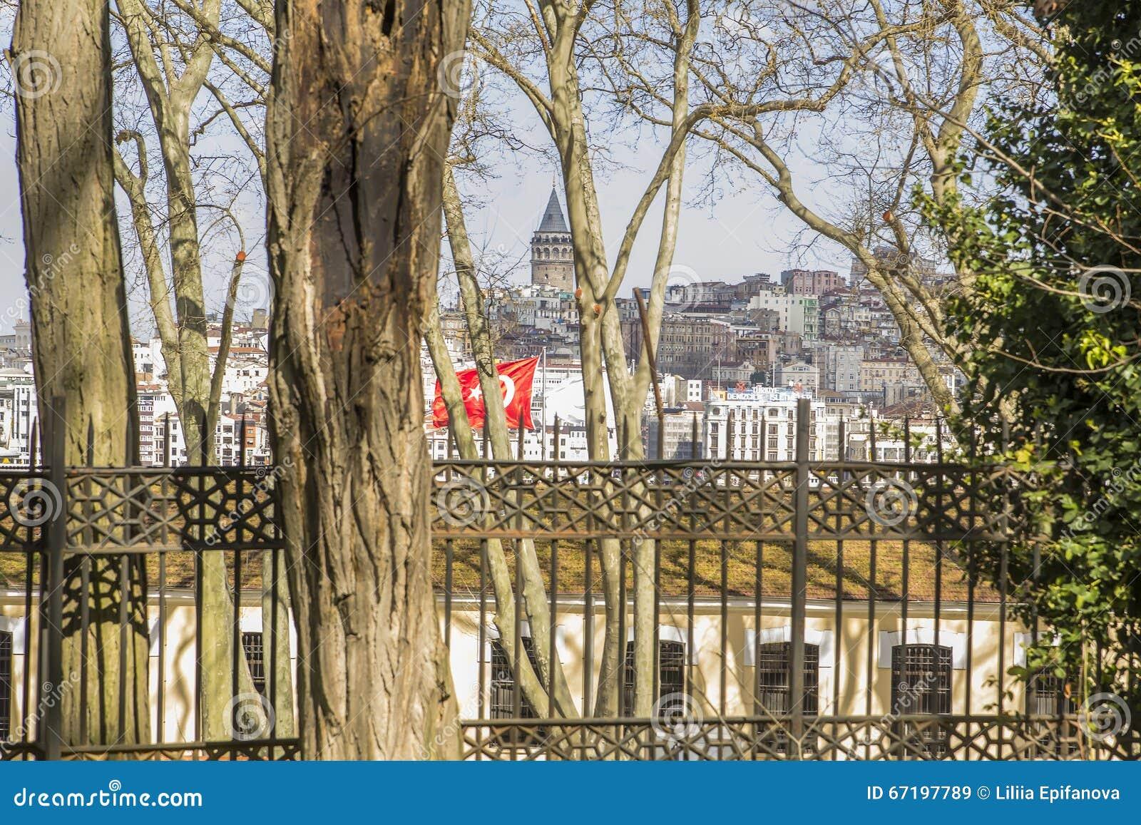 Widok Galata wierza Karakoy Gulhane park w Istanbuł i