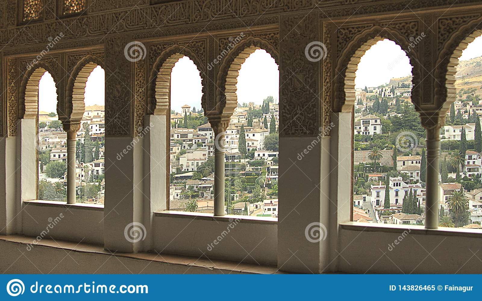 Widok Granada przez okno w pałac Alhambra