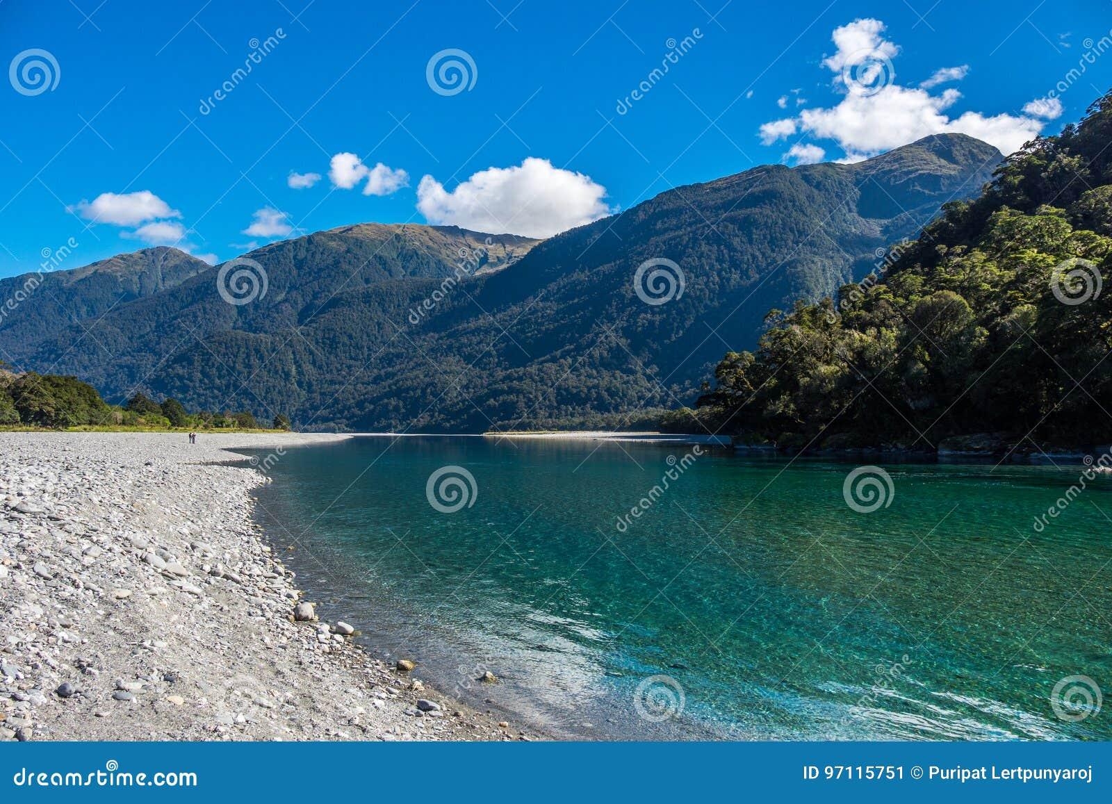Widok Hasst rzeka od Ryczeć Billy spadki Tropi, Lokalizuje w Mt Aspiruje parka narodowego, Nowa Zelandia