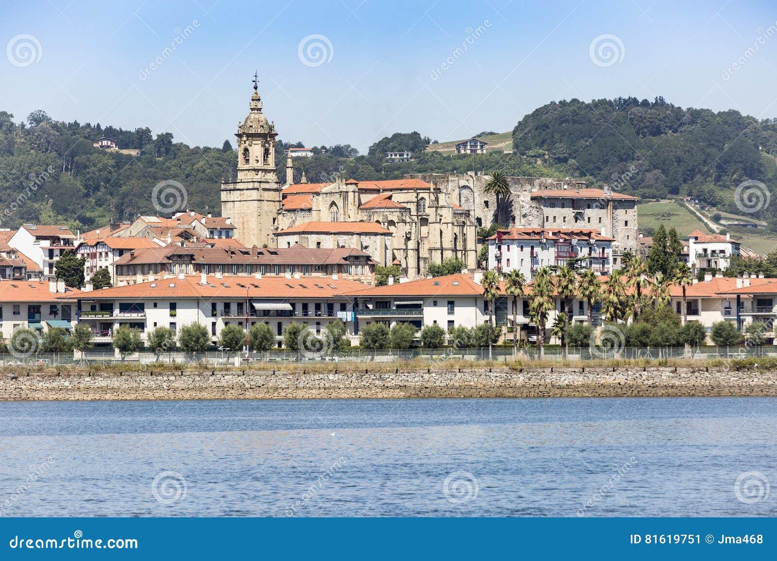 Widok Hondarribia miasteczko, Bidasoa rzeka i Nuestra Señora del Manzano kościół, Gipuzkoa, Baskijski kraj, Hiszpania