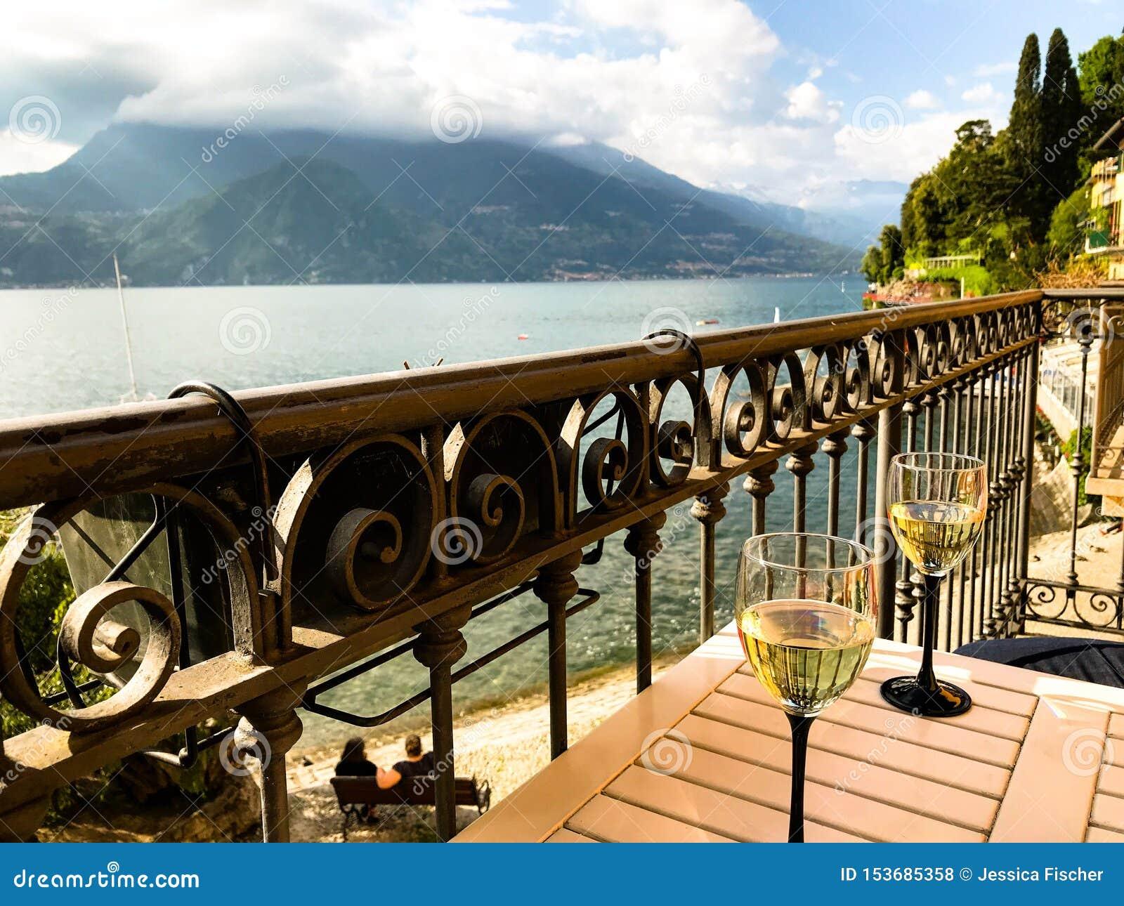 Widok Jeziorny Como od balkonu w Varenna