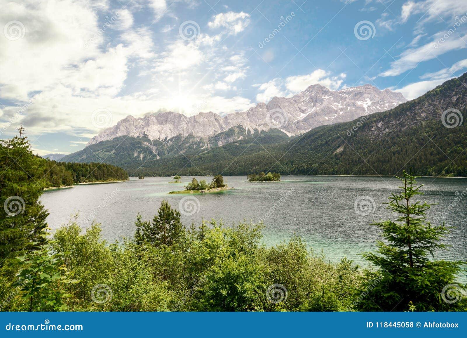 Widok jeziorny Eibsee i Zugspitze, Niemcy ` s wysoka góra w bavarian alps, Bavaria Niemcy