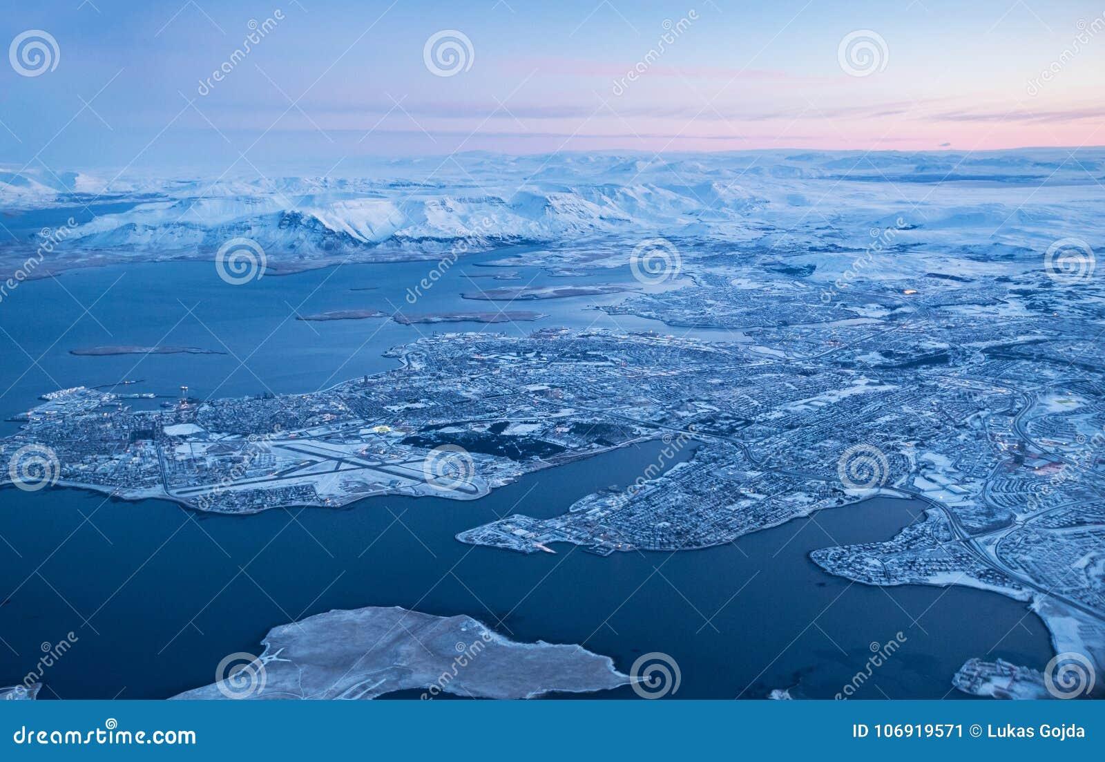 Widok Keflavik miasto w zimie przez samolotowego okno