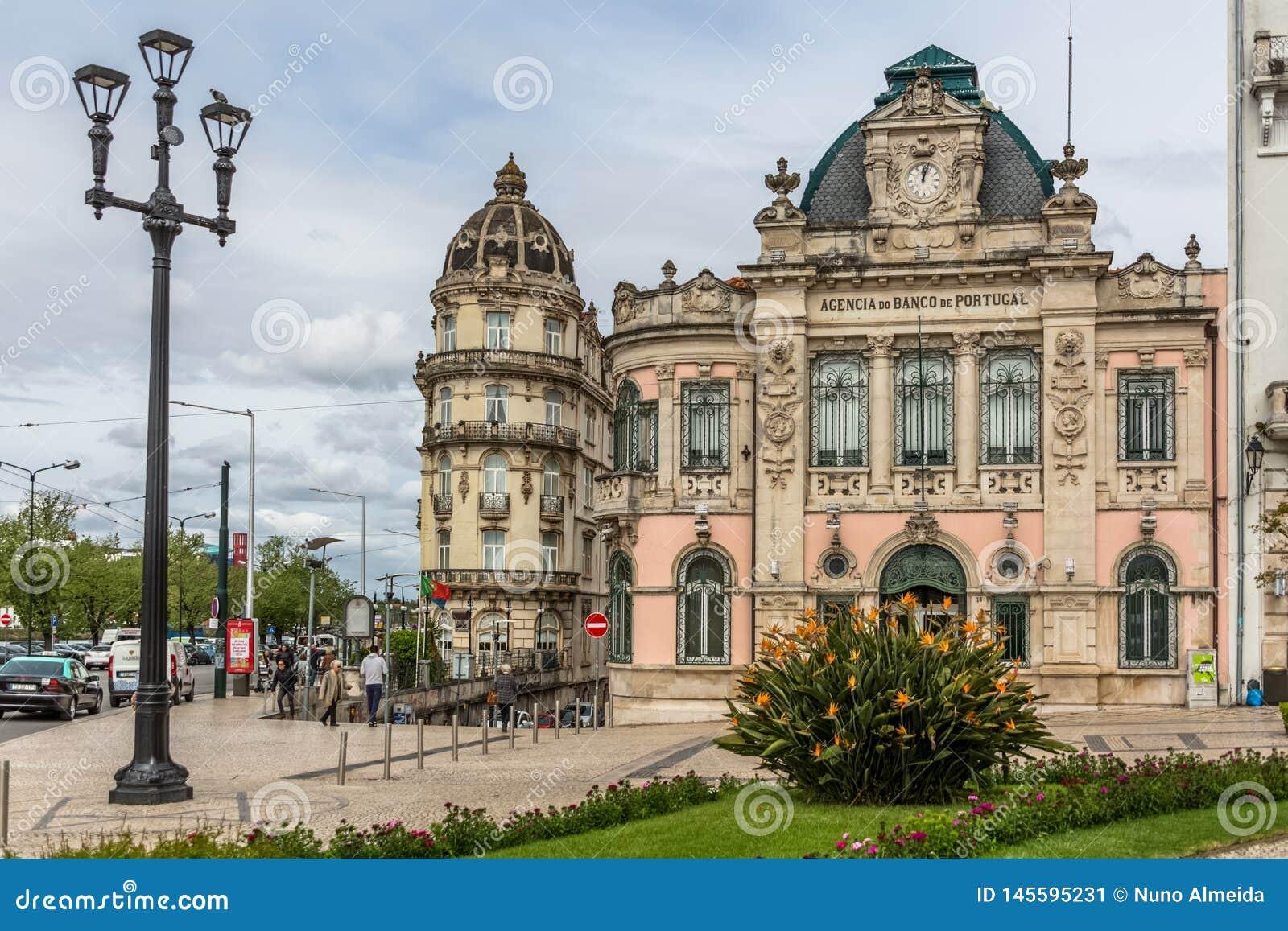 Widok klasyczny budynek z Banco de Portugalia Portugalski jawny bank w Coimbra,
