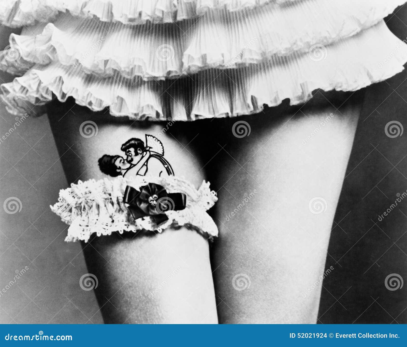 Widok Kobieta Chuje Tatuaż Z Podwiązką Na Jej Udach Wszystkie
