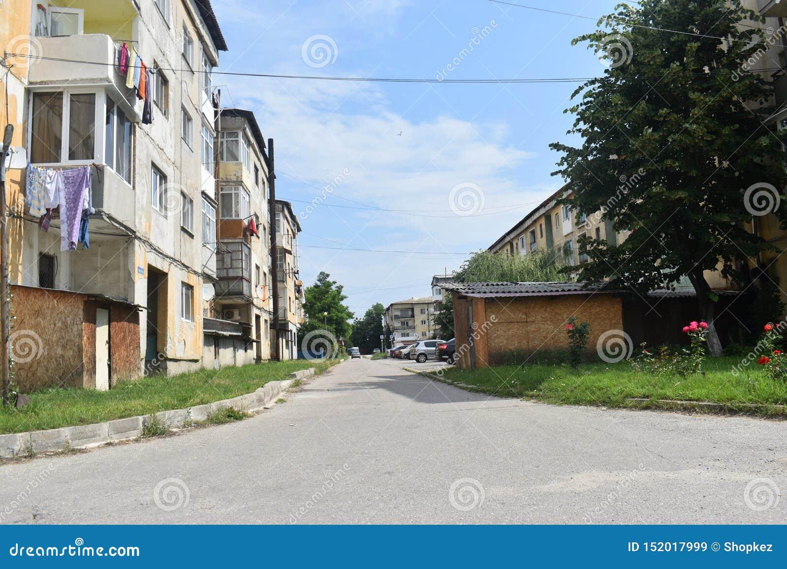 Widok komunistów bloki miastowy gnicie w małym górniczym grodzkim Berbesti i Rumunia, Valcea okręg administracyjny, Berbesti Alun