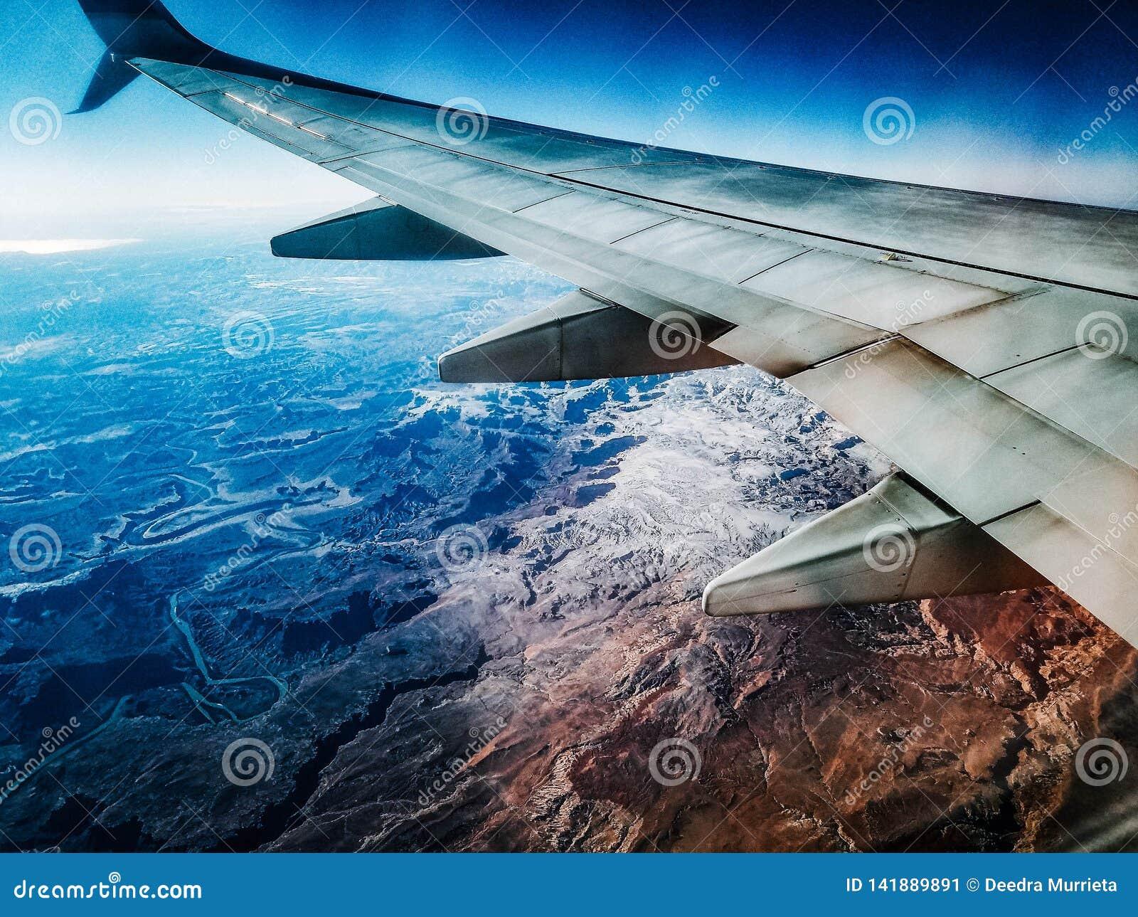 Widok krakingowa ziemia od samolotu