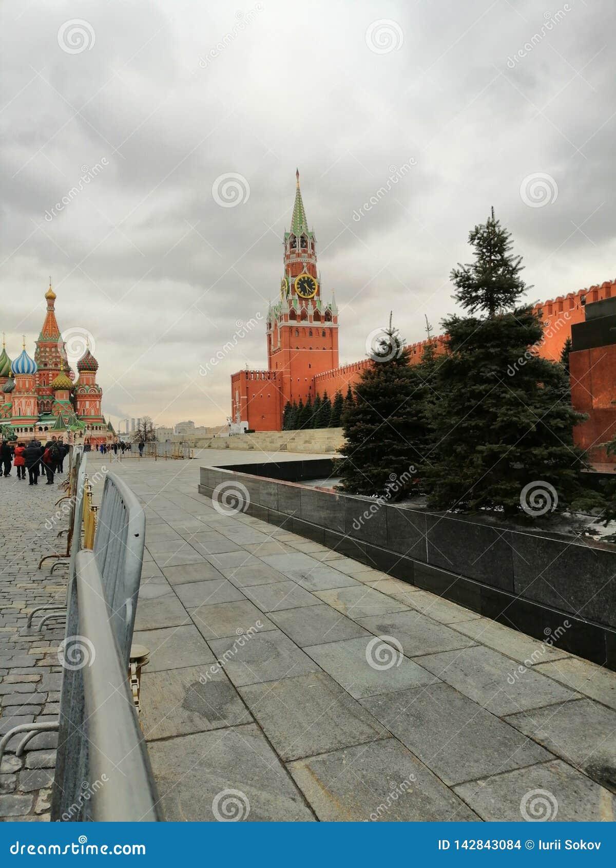 Widok Kremlowski zegarowy wierza i świątynia