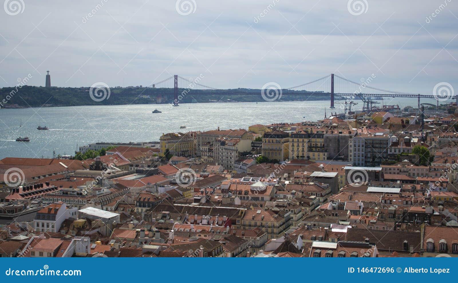 Widok 25 Kwietnia most od punktu obserwacyjnego w Lisbon